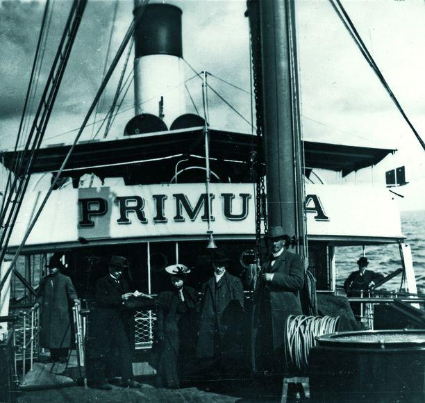 Helsingfors Ångfartys Aktiebolag -varustamon Primula risteili pitkään Tallinnan liikenteessä, Kuvassa matkustajia Primulan kannella vuonna 1905.