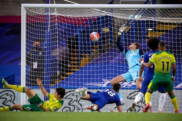 """Olivier Giroud puski 1–0-maalin Timm Klosen (vas.) """"estelyistä"""" piittaamatta."""