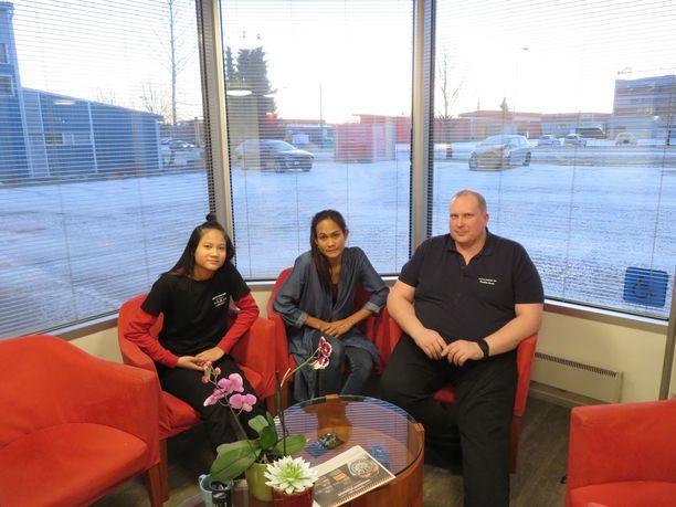 Kanyarat Tassama käy yläkoulua Riihimäellä. Hänen äitinsä Pawichad Saithong ja tämän avopuoliso Markku Sorsa toivovat, että tyttö saa jäädä Suomeen.