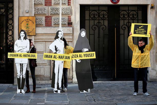 Amnestyn mielenosoittajat järjestivät Saudi-Arabian suurlähetystön ulkopuolella naistenpäivän kunniaksi protestin, jossa vaadittiin saudeja vapauttamaan aktivistit Loujain al-Hathloul, Eman al-Nafjan ja Aziza al-Yousef.