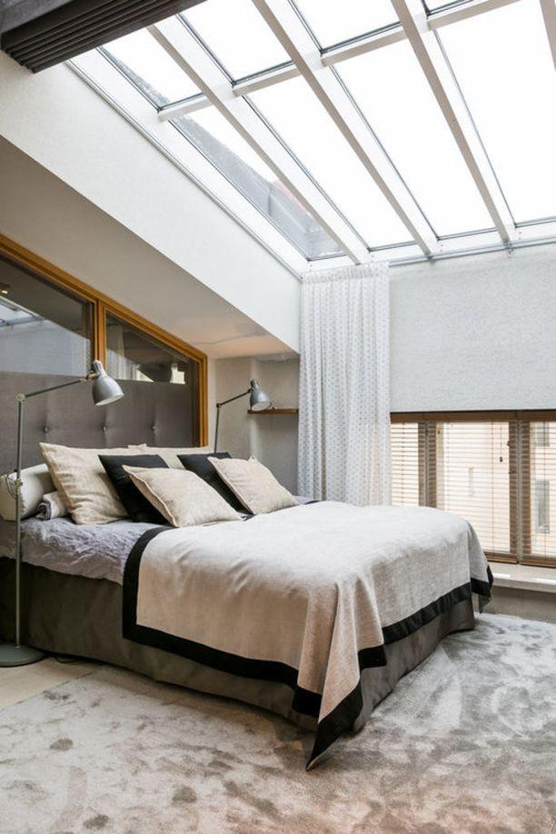 Harmoninen ja harkittu värimaailma sekä pehmeä, jalkojen alla lämmin pörrömatto saattelevat unten maille. Selkeällä säällä tästä makuuhuoneesta voi ihastella myös tähtitaivasta.