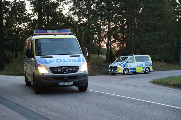 Kaksi murhasta tuomittua vankia otti kaksi vartijaa panttivangikseen Hällbyn vankilassa keskiviikkona.