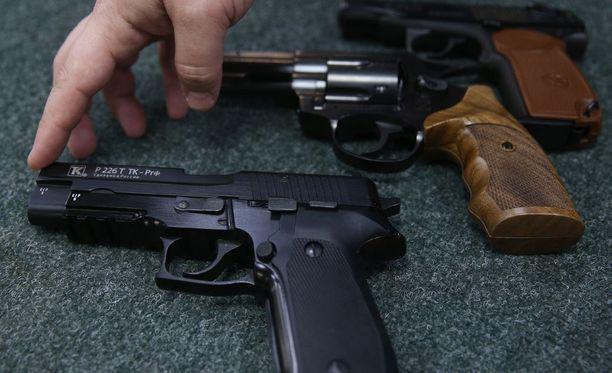 Yhdysvalloissa yksityishenkilöt omistavat kaikkiaan yli 300 miljoonaa asetta. Onnettomuudet eivät ole tavattomia.