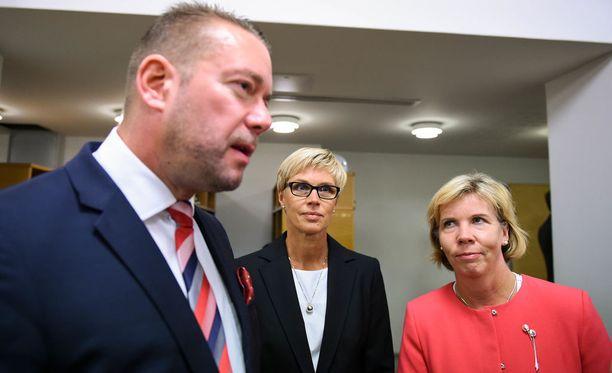 RKP:n Stefan Wallin ja Anna-Maja Henriksson. Kuvassa keskellä myös kansanedustaja Veronica Rehn-Kivi.