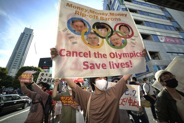 Japanilaisia protestoimassa Tokiossa.