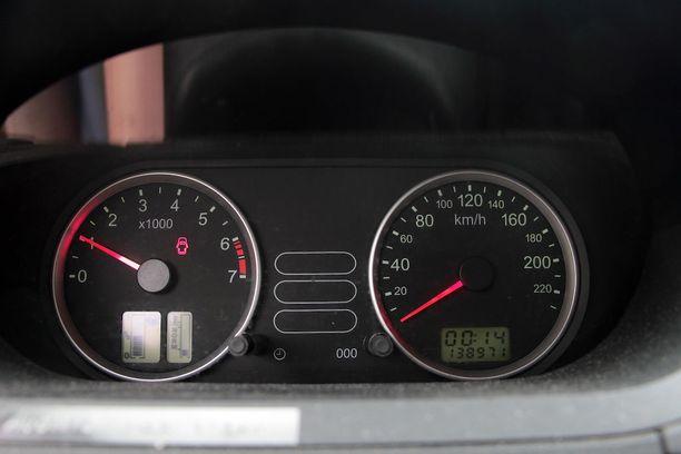 Yli 10 vuotta vanhan Fordin mittaritaulu - helppo nakki väärentäjälle.