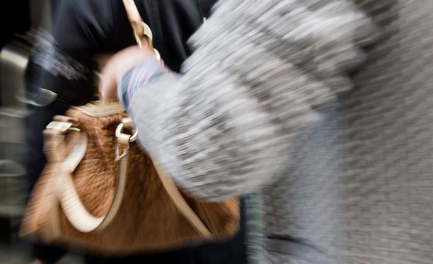 Taskuvarkaat etsivät sopivia uhreja ravintoiden edustoilta Helsingin keskustassa.