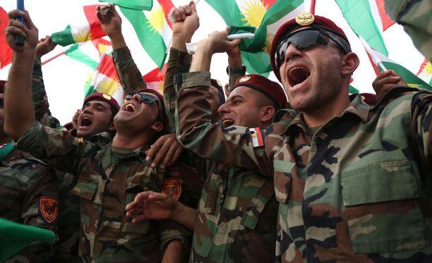 Kurditaistelijoita juhlimassa tulevaa itsenäisyysäänestystä Erbilissä keskiviikkona.