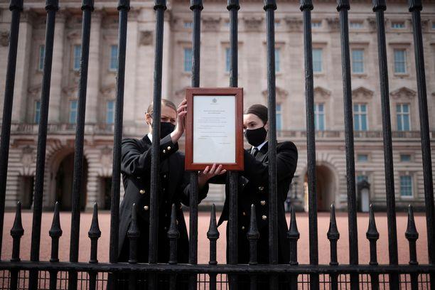 Henkilökunta kantoi Buckinghamin palatsin aitaan lyhyen viestin prinssi Philipin kuolemasta.