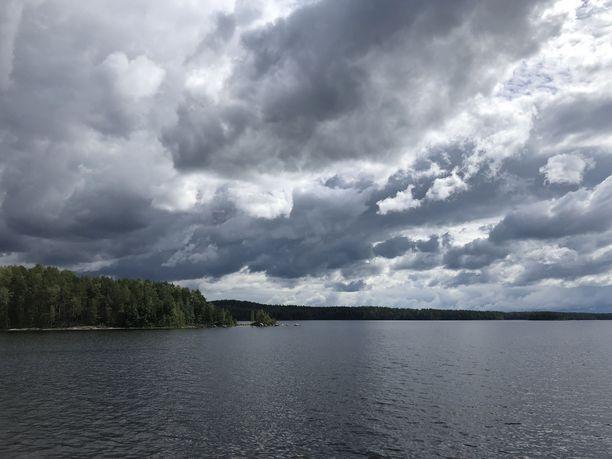 Tummat pilvet vyöryivät kesämaisemaan kauniin kesäkuun jälkeen. Arkistokuva.
