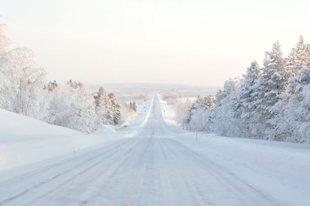 Pohjoiset olosuhteet nousevat esille monen maan matkustusohjeissa. Pakkasen ja lumen lisäksi matkalaisia varoitetaan esimerkiksi harvasta huoltoasemaverkosta.