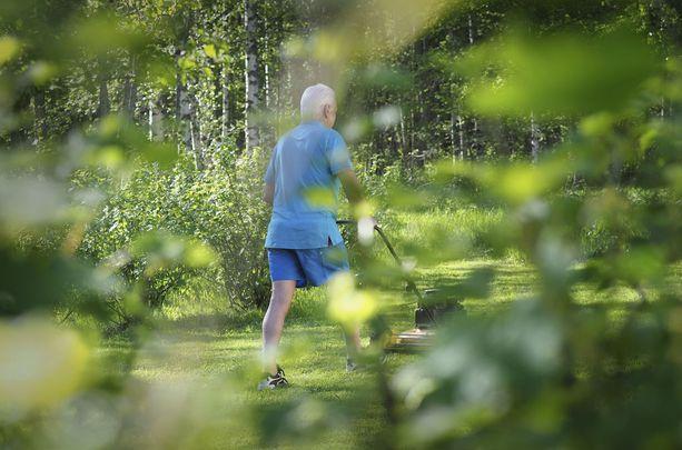 Olavi, 67, selviää ruokamenoista halvalla, kun seuraa tarjouksia ja suunnittelee ostot huolella.