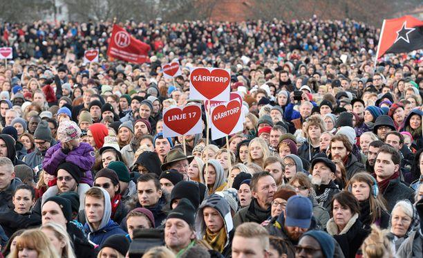 Mielenosoitus on kerännyt ennätysmäärän ihmisiä Kärrtorpin urheilukentälle.