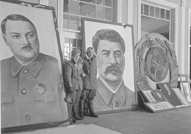 """""""Propaganda-ainesta kerättynä kasinolle järjestettävää näyttelyä varten"""", lukee SA-kuvan kuvatekstissä vuodelta 1942. Neuvostoliitolta jäi joukkojen vetäydyttyä Hankoon tauluja, joita esiteltiin maaliskuussa 1942. Vasemmassa kuvassa on Leningradin puoluejohtaja, politbyroon jäsen Andrei Ždanov, oikealla Stalin."""