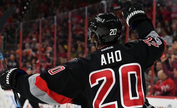 Sebastian Aho on tehnyt NHL:n runkosarjan 50 ottelussa tehopisteet 16+15.