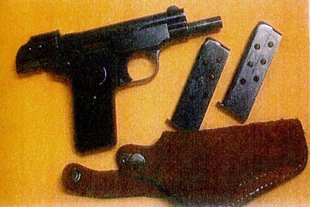 ASEITA Poliisitutkinnan yhteydessä epäillyiltä löydettiin käsiaseita ja patruunoita.