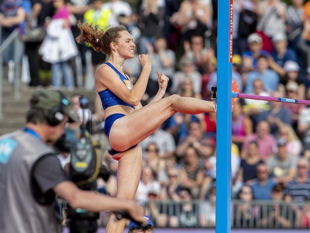 Ella Junnila juhli riehakkaasti Suomen ennätystään Turun Paavo Nurmi Gamesissa tiistaina.