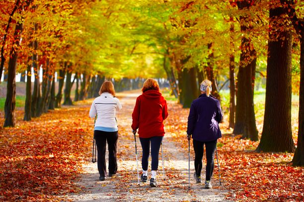 Ulkona liikkuminen kannattaa tehdä silloin, kun on valoisaa. Psykologi kehottaa pakottamaan itsensä lenkille vaikka väkisin.
