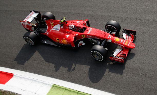 Kimi Räikkönen jäi perjantain ensimmäisissä harjoituksissa tallikaverinsa vauhdista.