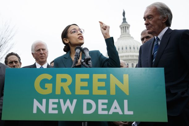 Ocasio-Cortez ajaa Green New Dealina tunnettua ilmastonmutoksen vastaista ohjelmaa yhdessä senaattori Ed Markeyn (oik.) kanssa.
