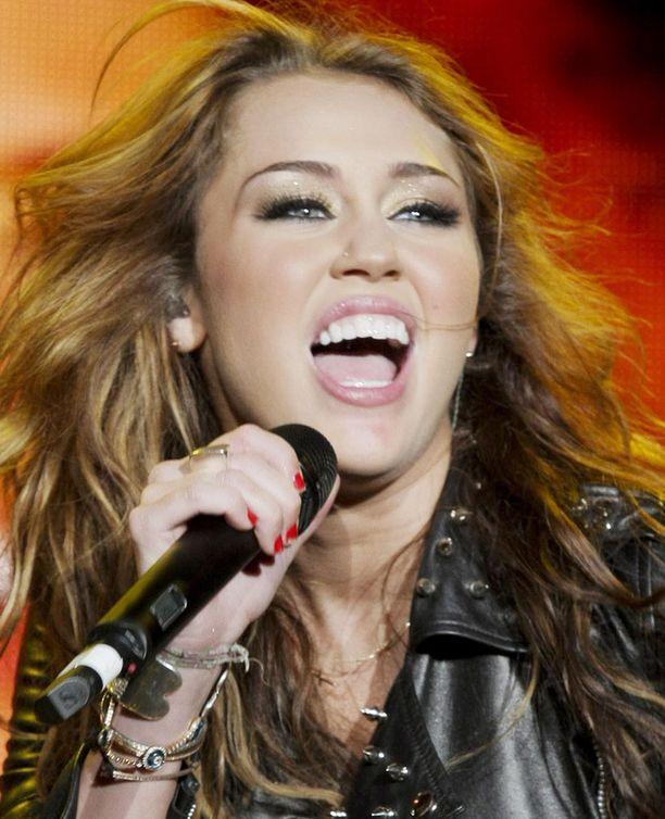 Miley Cyrus yrittää pyristellä eroon lapsitähden imagostaan. Nopea muutos ei ole kaikkien mielestä ollut onnistunut.