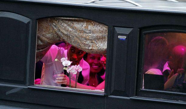 Häitä juhlittiin laivalla, jonka ikkunasta tuore aviomies tässä kurkkii.