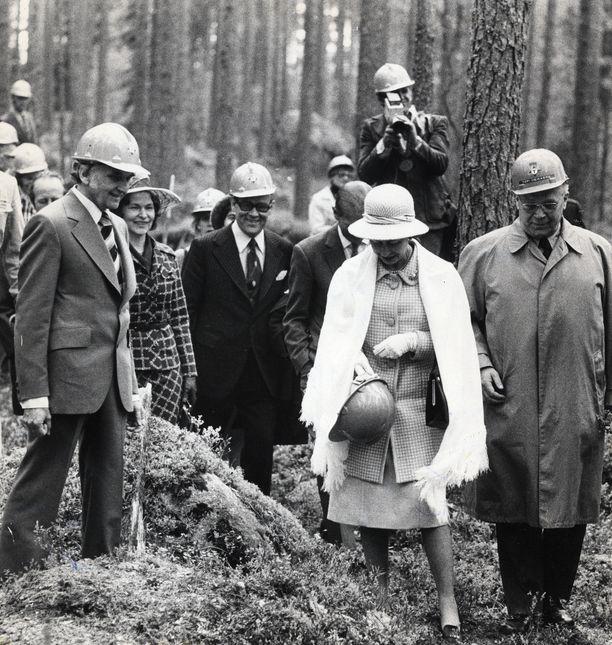 Englannin kuningattaren Elisabetin ja prinssi Philipin vierailu Suomessa 1976 ei mennyt kaikilta osin nappiin. Järjestelyt metsätyömaalla poikivat kovan jälkikohun. Kuva: IL-Arkisto.