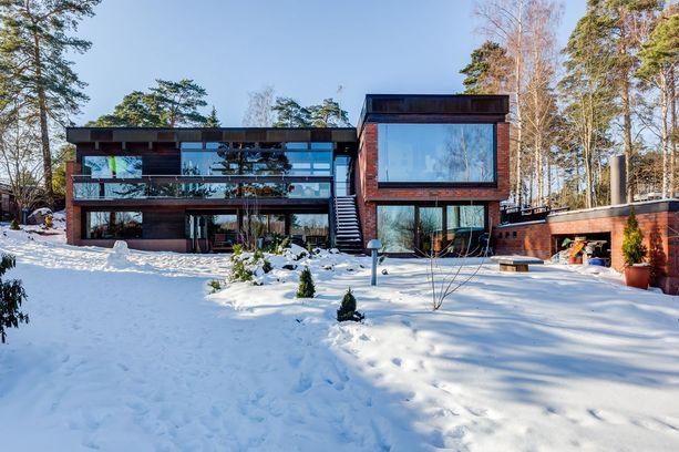 Arkkitehti Railo suunnitteli talon itselleen. Asuintilojen pinta-ala on 347 neliötä.