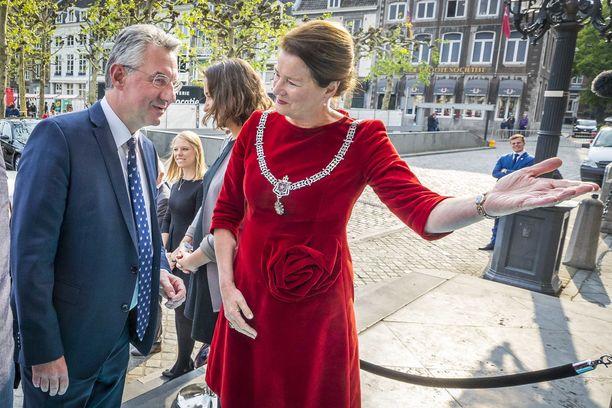 ACRE:n kärkiehdokkaan Jan Zahradilin (vas.) toivotti tervetulleeksi huhtikuussa pidettyyn vaaliväittelyyn Maastrichtin pormestari Annemarie Penn-te Strake.
