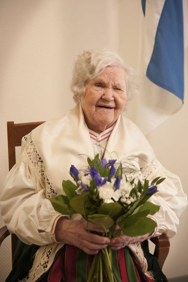 Suomen kanssa saman ikäinen Irmeli sai olla haaveiden valokuvassa Suomi-neitona. Juhlava tunnelma nosti vedet Irmelin silmiin.