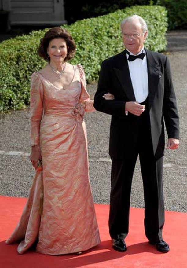 VIHDOIN! Ruotsin kuningaspari kutsui Carl Philipin rakkaan, Sofia Hellqvistin päivälliselle kuningasperheen kesäpaikkaan Sollideniin.