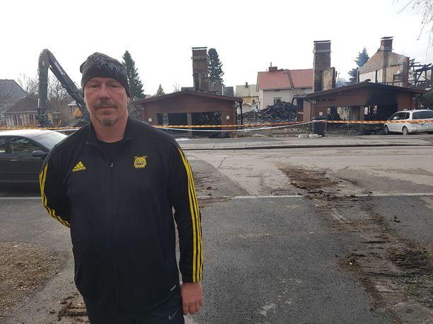 Marko asuu naapuritalossa, ja tuli kadulle jo illalla kello 22 jälkeen, kun kuuli räjähdysääniä ja omat ikkunalasit alkoivat lämmetä lähitalossa.