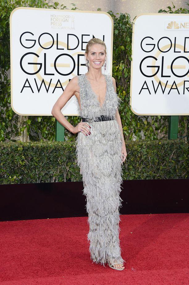 Malli-juontaja Heidi Klum hymyili tyytyväisenä punaisella matolla.