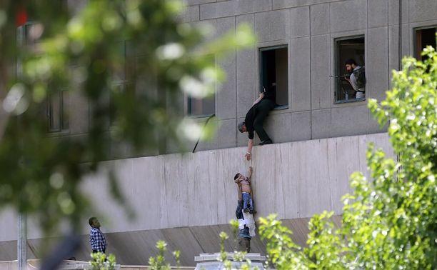 Poliisi auttoi siviilejä pakenemaan parlamenttirakennuksesta iskun aikana.