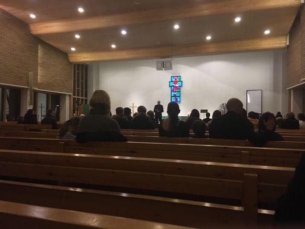 Useat saapuivat kirkkoon lastensa kanssa.
