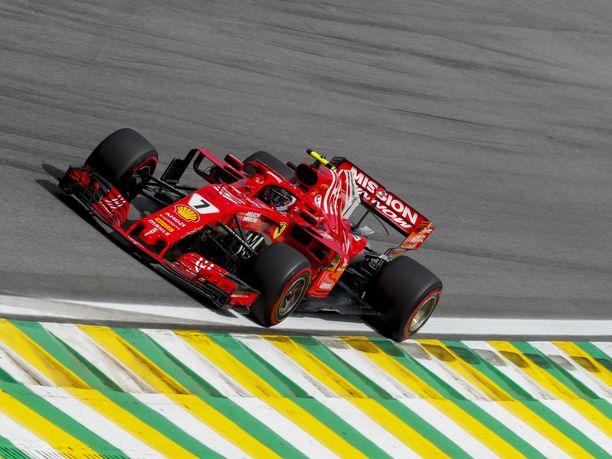 Kimi Räikkönen vauhdissa Interlagosin radalla.