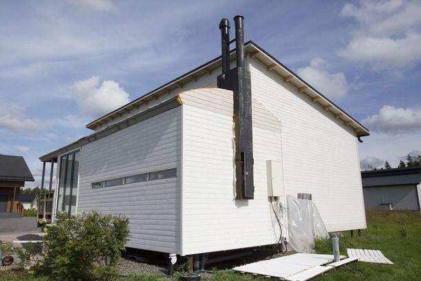 Merikonttitalo takaapäin. Pienestä saunan ikkunasta on hyvällä tuurilla järvinäköala, sillä vieressä sijaitsevan Enäjärven rantaan on vain noin kilometrin matka.
