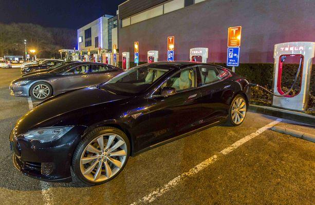 Tesla Model S syttyi tulee Kiinassa. Kuvan auto ei liity tapaukseen.