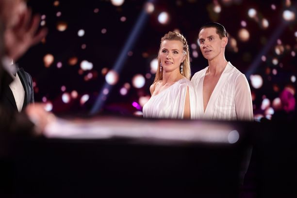 Virpi Sarasvuo tanssii kilpailussa Sami Heleniuksen parina.