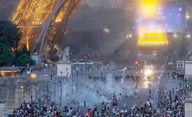 Mellakkapoliisi käytti kyynelkaasua taltuttaakseen väkijoukon Eiffelin tornin juurella.