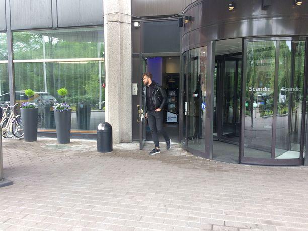 Jani Hakanpää suuntasi osasto Oulun kanssa lentokentälle ajavaan taksiin.