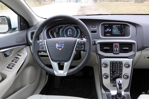 Ohjaamo on sitä nyky-Volvoa. Mittaristoon voi säätää myös toisia visuaalisia ja väriteemoja.