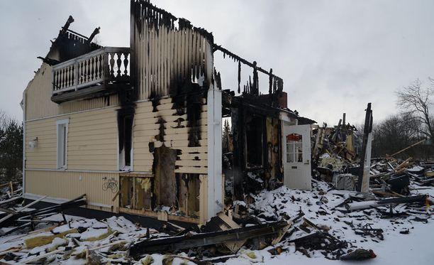 Lapset pelastautuivat tulipalosta hyppäämällä ulos toisen kerroksen ikkunasta ja parvekkeelta. Yksi lapsista mursi jalkansa hypätessään maahan.