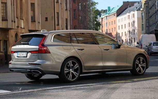 Korin on myös takaa melko matala. Mataluus vie kuormaustilaa, mutta Volvon tila on päihittää toisaalta yhä saksalaisten premiumkilpailijoiden tilat.