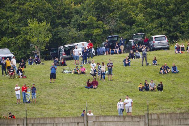 Hungaroringin läheisille kukkuloille on kerääntynyt paljon faneja.
