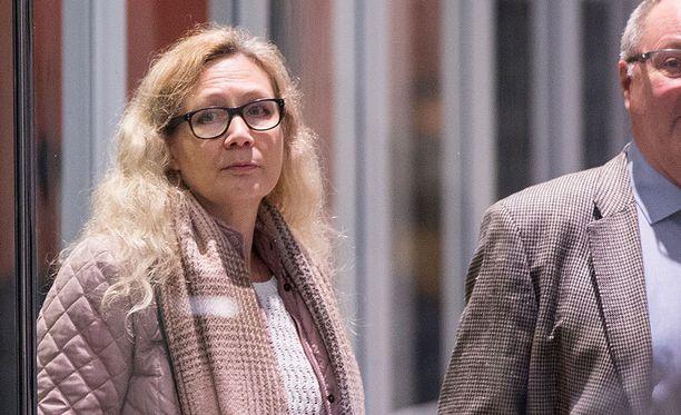 Miehensä murhasyytteistä vapautunut Anneli Auer vaatii valtiokonttorilta lähes 2,5 miljoonaa euroa perusteettomasta vapaudenmenetyksestä.