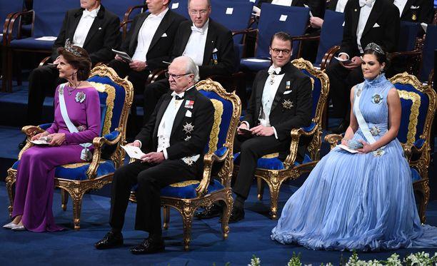 Kuningas ja kruununperillinen Victoria istuivat puolisoineen paraatipaikalla.