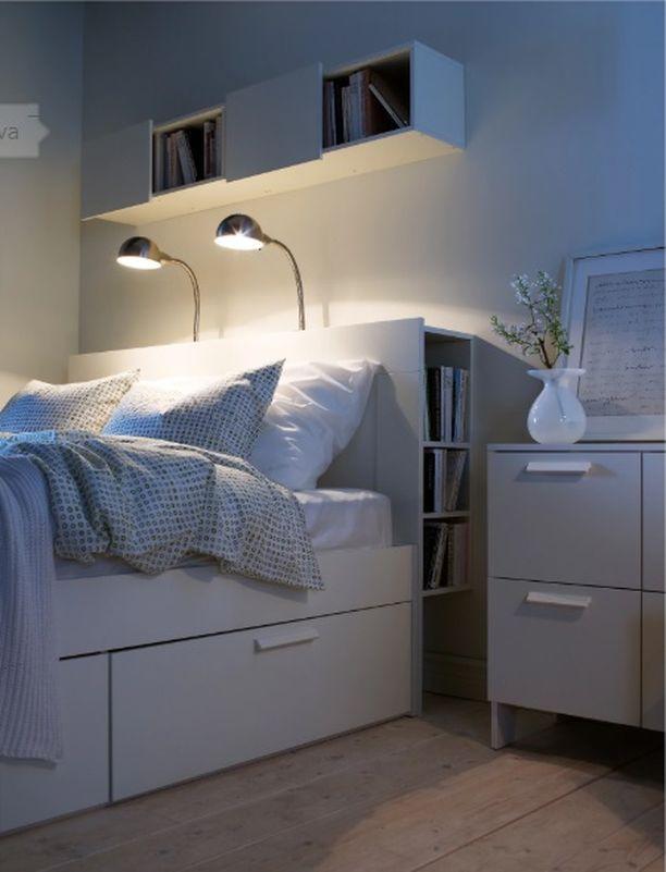 Ikean BRIMNES-sängynpääty on kätevä pieniin tiloihin. Sen hyllyihin saa ulottuville ja piiloon kätevästi kirjoja ja lehtiä. Pääty Ikea. Hinta 80,