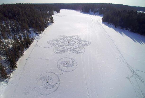 Viime talven hyvissä lumiolosuhteissa Pyykkö teki valtavia lumipiirroksia. Tänä talvena teokset ovat jääneet halkaisijaltaan noin 20-metrisiksi tai pienemmiksi.