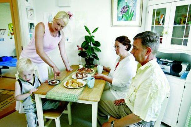 Tanja, Kasper, mummi ja ukki tekevät yhdessä retkiä, viettävät juhlia ja touhuavat arkisia asioita.